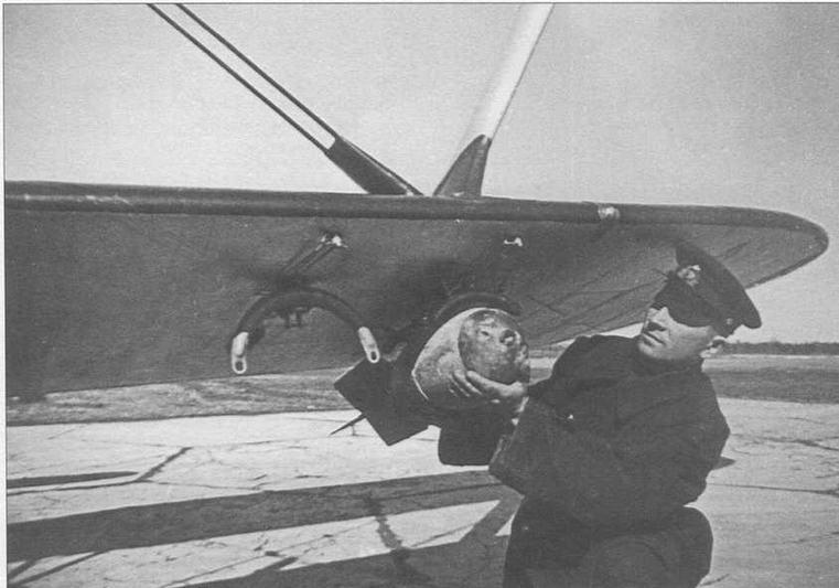 Подвеска бомбы АО-25 на бомбодержатель ДЕР-31 в 13-й оаэ КБФ летом 1940 г. (ГП)