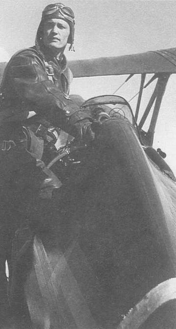 Все стыки обшивки, границы обтекателей, места шнуровки обклеивались сверху миткалевой лентой с бахромой шириной 55 мм. На снимке пилота из состава 13-й оаэ, садящегося в самолет, бахрома на фрагменте этой самой ленты хорошо видна. По правилам ее следовало закрашивать, однако обычно на И-15бис этого не делали (ГП))