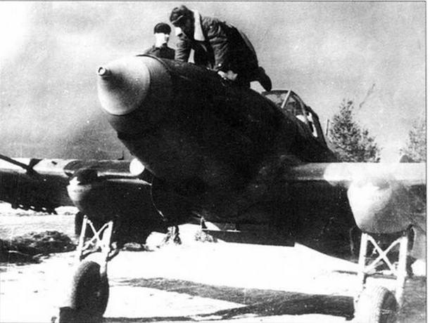 Вверху: Техники осматривают расширительный бочок Ил-2 во время пробы двигателя. (Вдовенко)