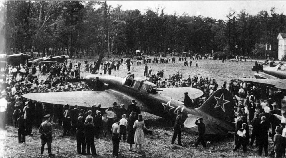 Слева: Выставка авиатехники в Ленинграде, 1944 г. (РГАКФД)
