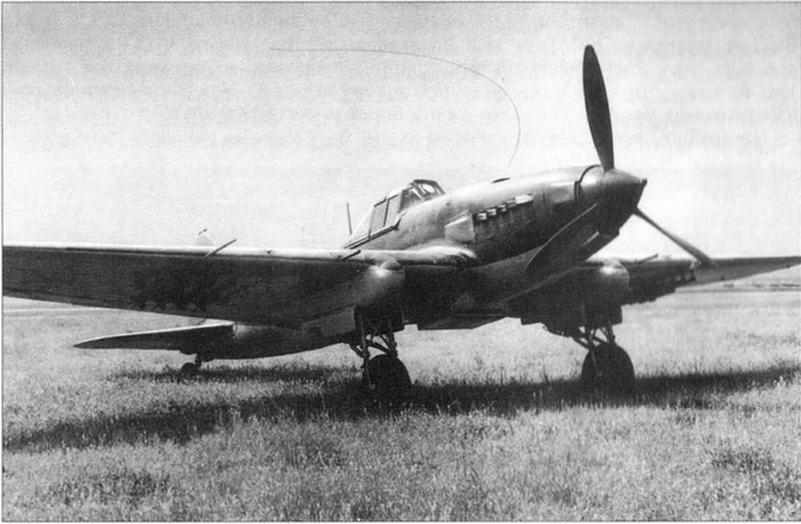 Серийный штурмовик Ил-2 с пушками. В носке центроплана у правого бока виден заборник всасывающего патрубка двигателя. Под крылом подвешены 8 РС-82.