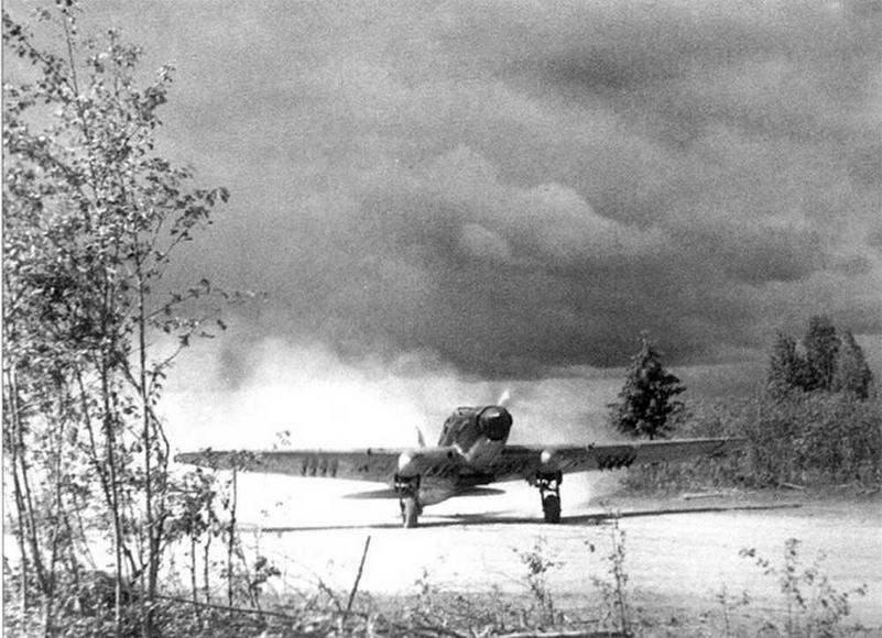 Нередко для базирования штурмовиков использовались проселочные дороги или лесные поляны. Подмосковье, осень 1941 г.