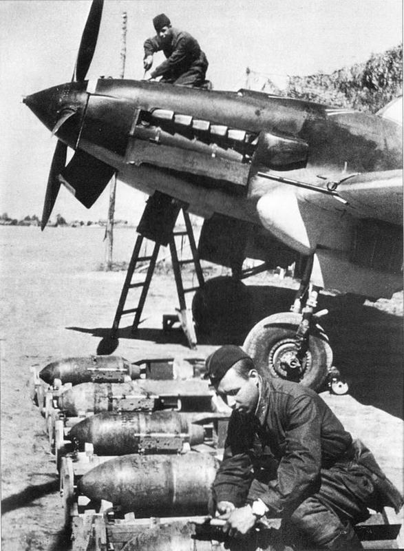 Установка замка ДЕР-21 на бомбу перед подвеской на штурмовик. На снимке хорошо видны откидные панели капота двигателя: три снизу и одна большая для подхода к маслобаку.