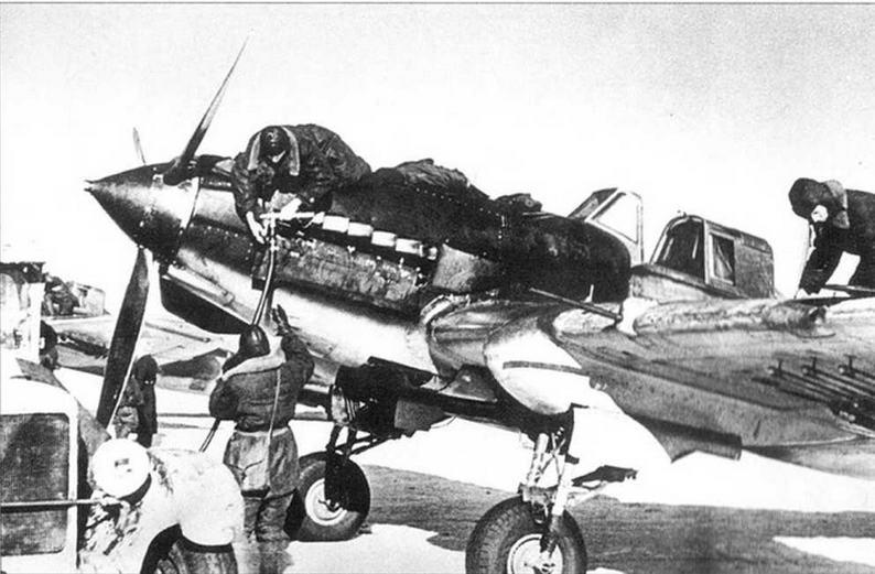 Самолеты обслуживались в короткие промежутки времени между боями. Заправка маслом.