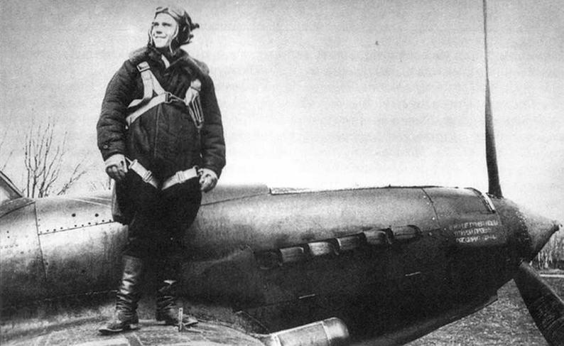 Под ногами летчика виден штырь механического указателя положения шасси.