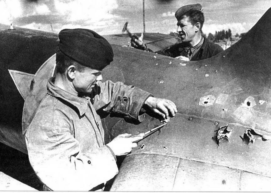 Самолеты возвращались на свои базы, имея по 10-20, а иногда и более, пробоин. Поврежденные машины в самый короткий срок восстанавливались силами полковых ремонтных служб.
