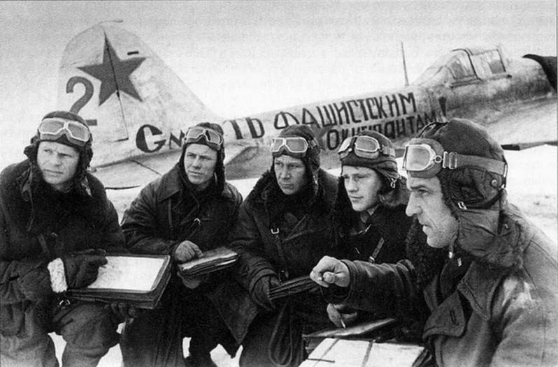 Группа летчиков перед боевым вылетом около штурмовика майора Н.А.Зуба. Южный фронт, март 1942 г.