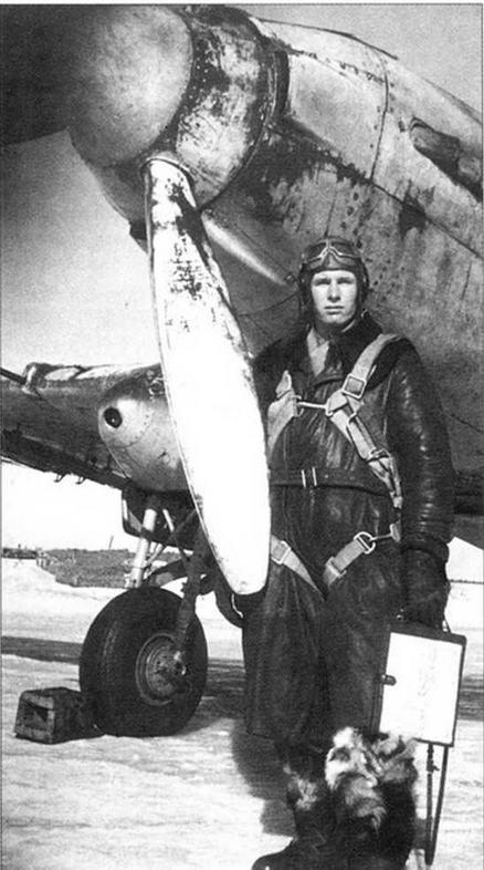 Ст. лейтенант Н.Перелыгин у своего самолета. В правом обтекателе шасси виден установленный там фотопулемет.