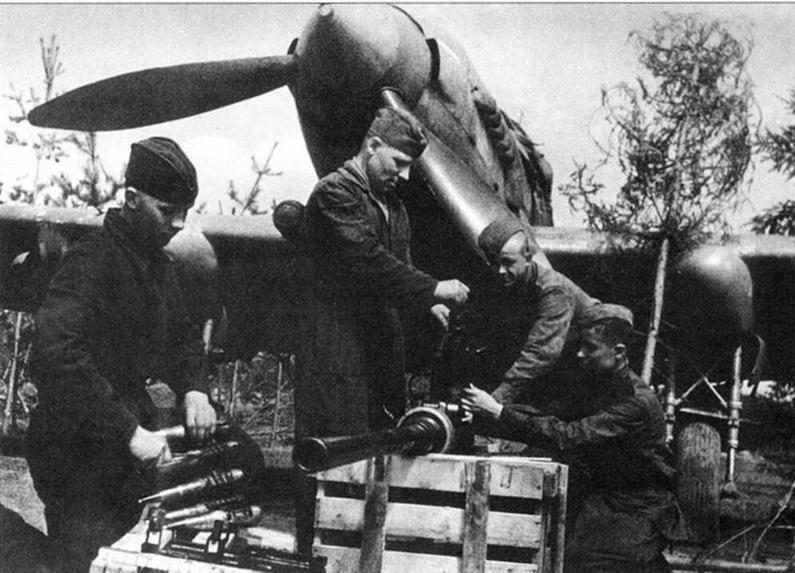 Пушка НС-37. Оружейники за работой. Слева виден обтекатель пушки с откинутой крышкой.