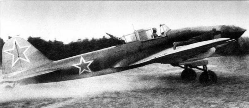 Самолет выруливает на старт. Техник, лежащий на крыле, наблюдает за работой двигателя.