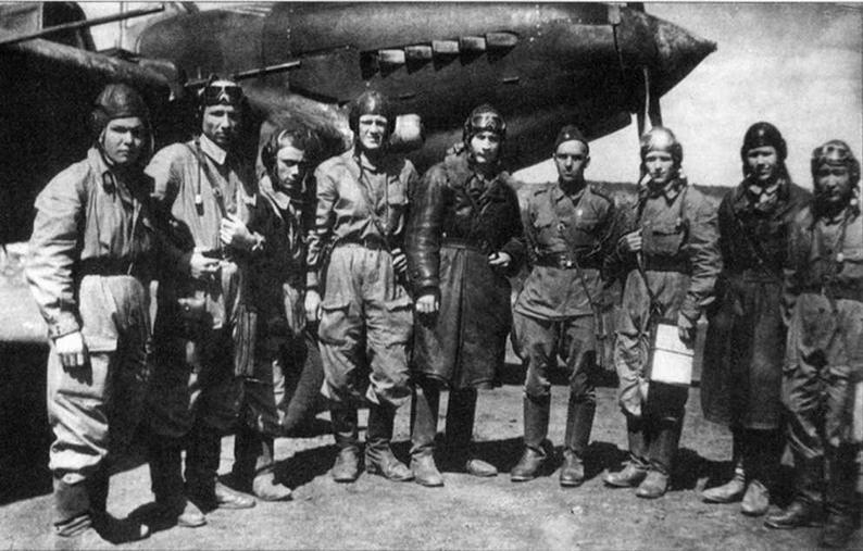 """Летчики и воздушные стрелки эскадрильи капитана Д.А.Нестеренко со своим командиром после возвращения на аэродром. В этом вылете """"Илы"""" уничтожили 8 пикировщиков Ю-87."""
