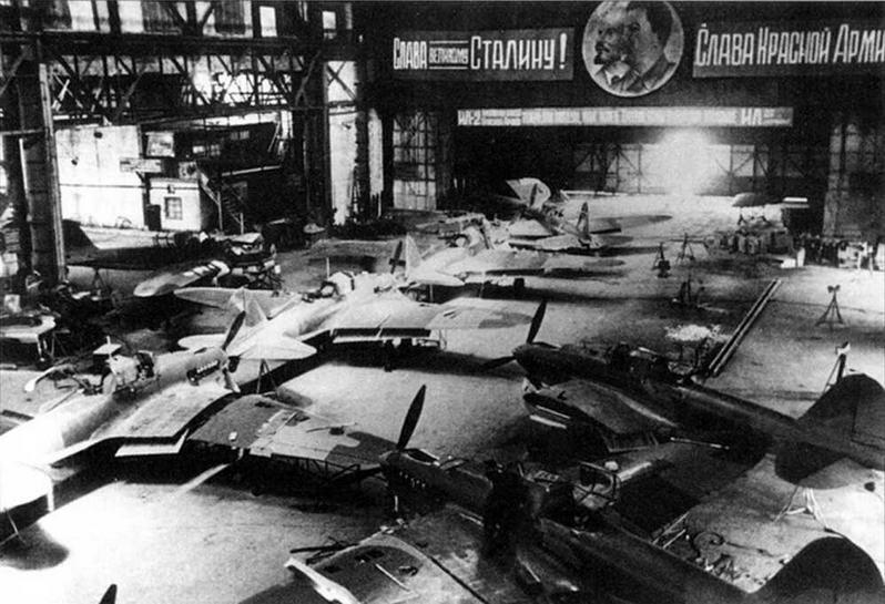 Авиазаводы ежедневно выпускали до 40 штурмовиков. Куйбышевский авиазавод №18. 1942 г.