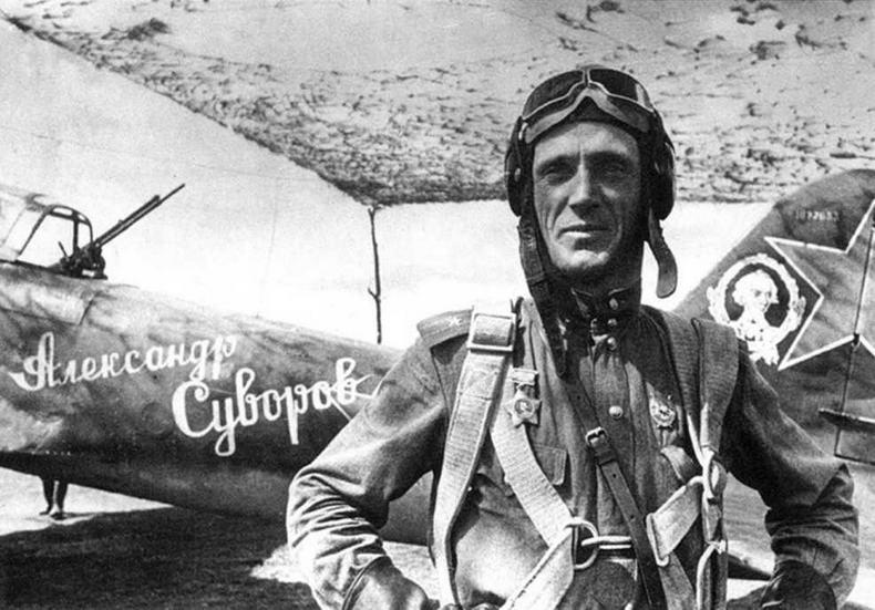 """Самолет Ил-2 """"Александр Суворов"""" 617 ШАП, пилот В. Алексухин, стрелок А. Гатаюнов. № 1877653"""