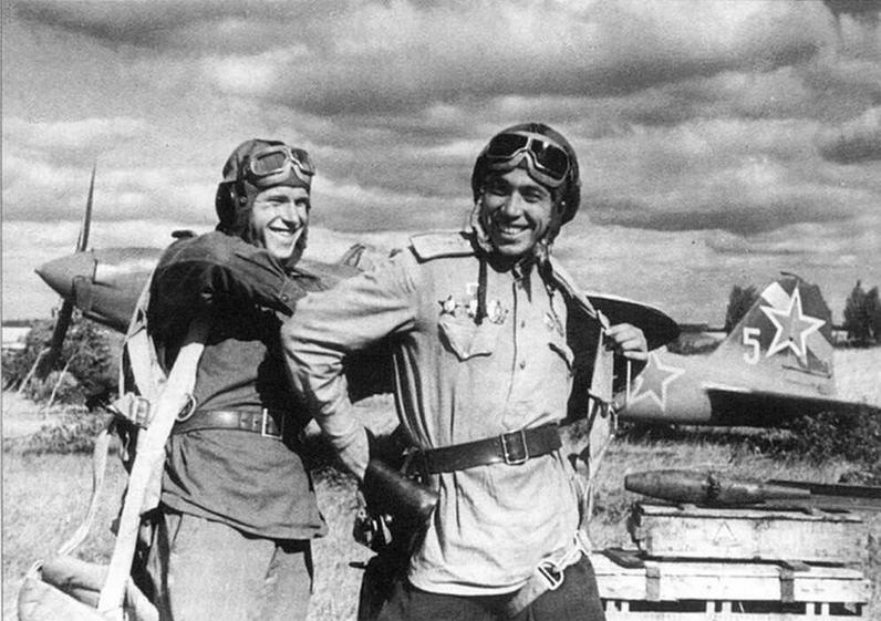 Командир эскадрильи капитан А.В.Климов и воздушный стрелок В.А.Зорин перед боевым вылетом. Сзади на ящике лежит бомба АО-8. 2-й Прибалтийский фронт, 1944 г.