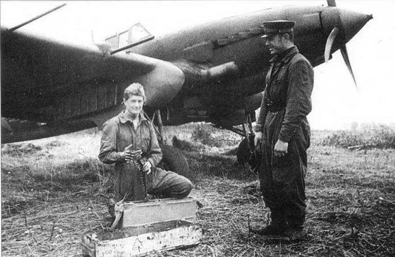 Гвардии ефрейтор Н.Н.Окунева готовит РС к подвеске и укладывает ленту в патронный ящик пулемета ШКАС. 59 Гв.ШАП Центральный фронт, 1 октября 1943 г.
