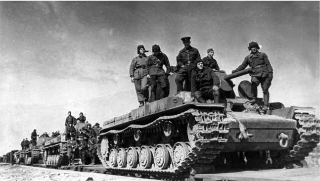 Отправка танков КВ-1 на фронт. Сентябрь 1941 года. Танки оснащены дополнительными топливными баками, установленными на надгусеничных полках (АСКМ).