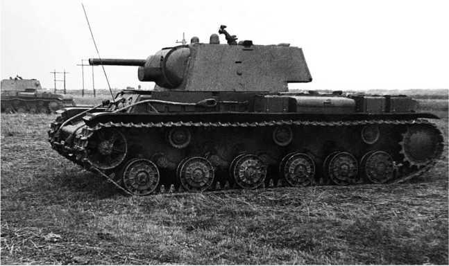 Танки КВ-1 на передовой. Ленинградский фронт, лето 1941 года. Машина на переднем плане с дополнительными топливными баками (АСКМ).