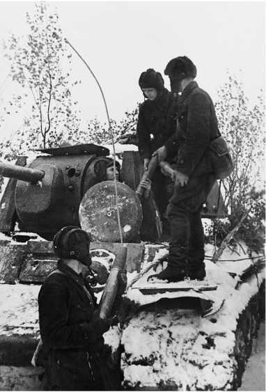 Экипаж КВ-1 загружает боекомплект в танк. Ленинградский фронт, осень 1941 года. Машина экранированная, обратите внимание на след от попадания снаряда в люк-пробку механика-водителя (АСКМ).
