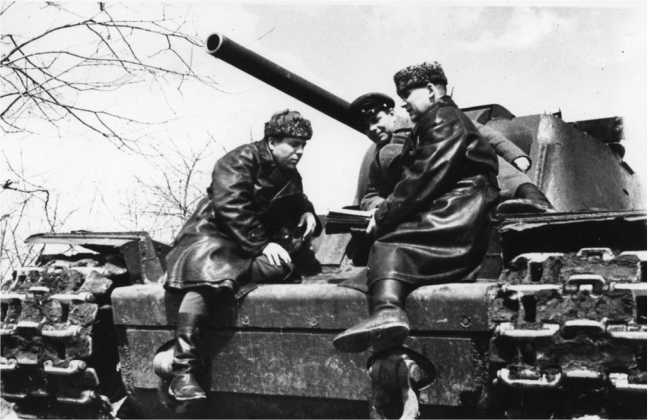 Полковой комиссар И. Подпоринов, майор П. Бирюков и командир 23-го танкового корпуса Герой Советского Союза генерал-майор Е. Пушкин на танке КВ-1 обсуждают план предстоящей операции. Юго-Западный фронт, апрель 1942 года (РГАКФД).