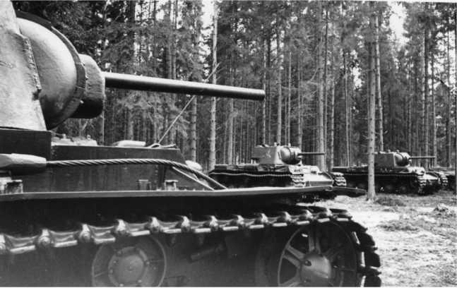Рота танков КВ-1 одной из танковых бригад Западного фронта в перерывах между боями. Лето 1942 года (РГАКФД).
