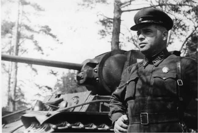 Командир 3-й гвардейской танковой бригады полковник И. Вовченко у танка КВ-1. 13 мая 1942 года. В июне того же года бригаду перевели на штат «тяжелой», и укомплектовали танками КВ-1 и Т-60 (ЦМВС).