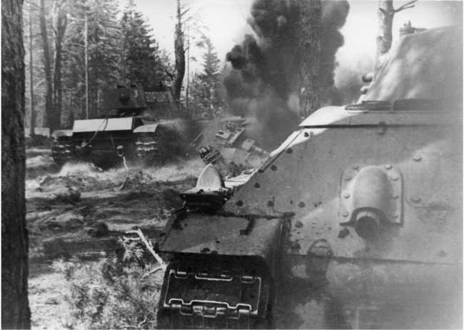 Танк КВ-1 «Ворошилов» и Т-34 из состава 3-й гвардейской танковой бригады в учебной атаке. Май 1942 года (РГАКФД).