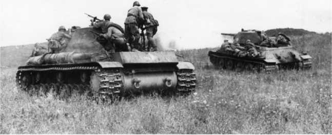 Танки КВ-1 и Т-34 из состава 52-й танковой бригады майора В. Филиппова с десантом пехоты готовятся к атаке. Северо-Кавказский фронт, сентябрь 1942 года. На корме КВ видно тактическое обозначение — белый ромб с цифрами внутри (РГАКФД).