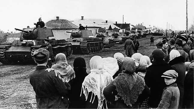 Танки одной из бригад Южного фронта (возможно 121-й) на улице деревни. Апрель 1942 года. Хорошо виден состав — 2 КВ-1, 5 Т-34, за ними — Т-60. На лобовом листе переднего КВ надпись «Смерть немецким оккупантам» (РГАКФД).