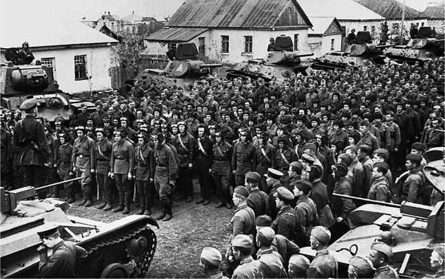 Митинг в одной из бригад Южного фронта (возможно 121-й). Апрель 1942 года. На фото видны танки КВ-1, Т-34 и Т-60 (РГАКФД).