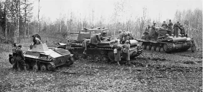 Десант пехоты садится на танки КВ и Т-60. Западный фронт, весна 1942 года. КВ в середине имеет башенный номер 19 и собственное имя «Непобедимый», на корме башни видно броневое кольцо вокруг пулеметной установки (РГАКФД).