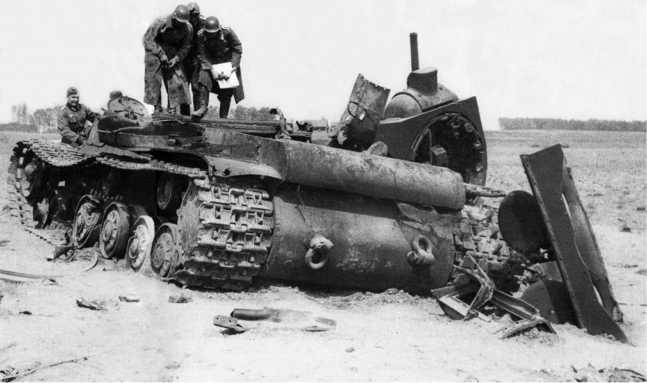 Танк КВ-1 из состава 2-й танковой дивизии 3-го мехкорпуса, уничтоженный внутренним взрывом. Это один из семи танков КВ с пушкой Ф-32, имевшихся к началу войны в составе этого соединения. Литва, июнь 1941 года (АСКМ).