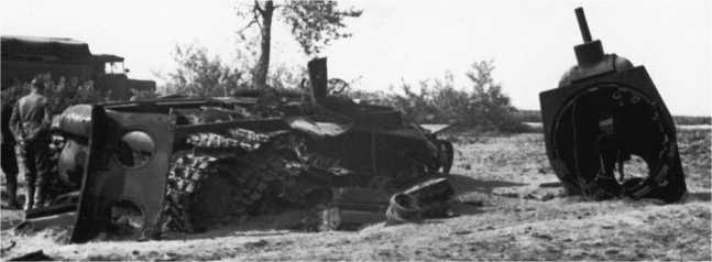 Тот же танк КВ-1, что и на предыдущем фото — хорошо видно, что машина стоит около дороги, по которой проходит немецкий грузовик. Июнь 1941 года (АСКМ).