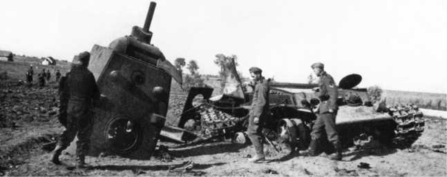 Тот же танк КВ-1, что и на двух предыдущих фотографиях — при взрыве боекомплекта сорвало многотонную башню машины. Литва, июнь 1941 года (АСКМ).