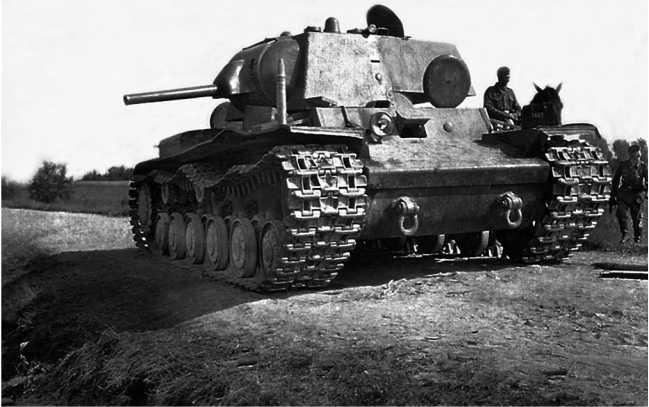 Танк КВ-1 (с пушкой Л-11), оставленный на дороге из-за поломки (у машины нет одного опорного катка правого борта) или отсутствия горючего. Июнь 1941 года. Машина из состава 2-й танковой дивизии 3-го мехкорпуса (АСКМ).
