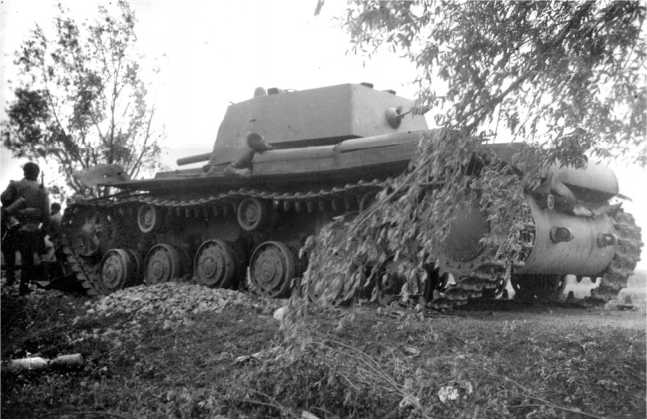 Этот танк КВ-1 (с пушкой Л-11) из состава 4-й танковой дивизии 6-го мехкорпуса был подбит в районе города Слоним в июне 1941 года (АСКМ).