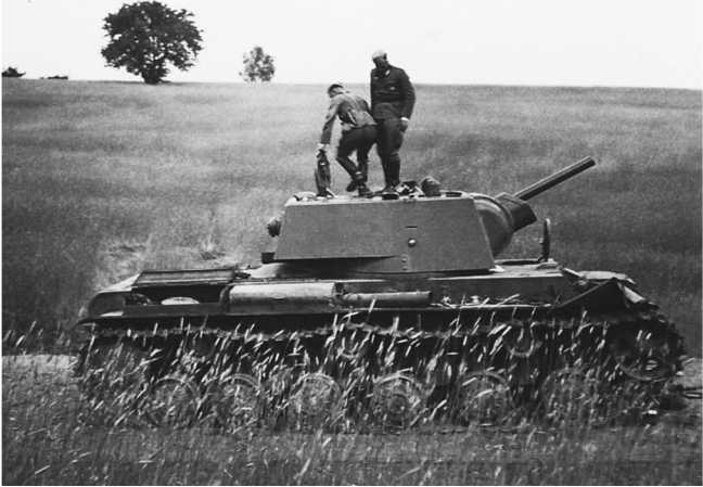 Танк КВ-1 из состава 6-го механизированного корпуса, оставленный из-за поломки или отсутствия горючего в районе Белостока. Июнь 1941 года (АСКМ).