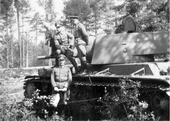 Немецкие офицеры осматривают танк КВ-1 (с пушкой Л-11) из состава 6-го мехкорпуса, оставленный экипажем в районе Белостока. Июнь 1941 года. Машина была загнана с дороги в лес и брошена вероятно из-за отсутствия горючего (АСКМ).