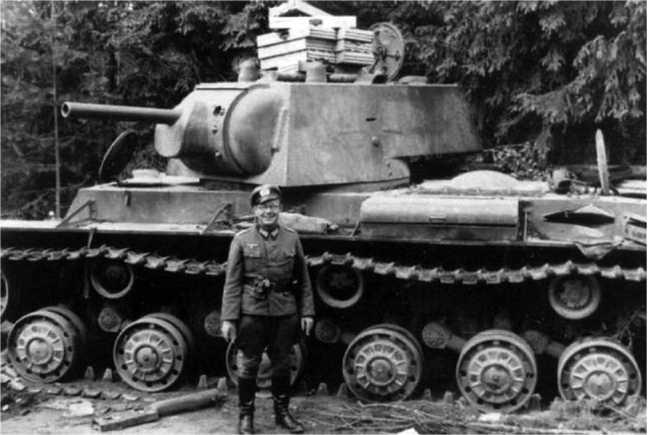 Этот КВ-1 6-го мехкорпуса был оставлен в районе Белостока из-за поломки — на крыше башни лежат «чемоданы» для укладки 76-мм выстрелов (на три штуки каждый). Вероятно, после того, как танк сломался, из него выгружали боеприпасы (ЯМ).