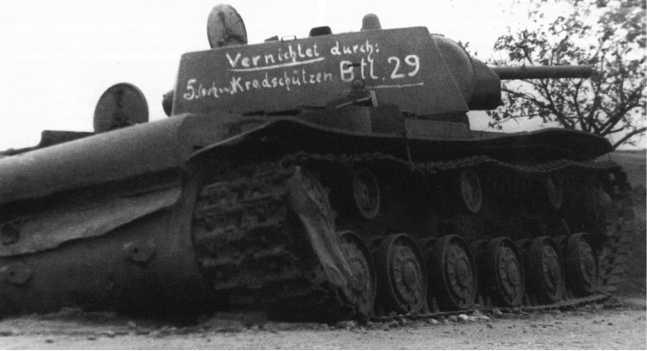 Этот КВ-1 из состава 6-го механизированного корпуса был подбит под Слонимом 5-й ротой 29-го мотоциклетного батальона, что следует из надписи на башне (ЯМ).