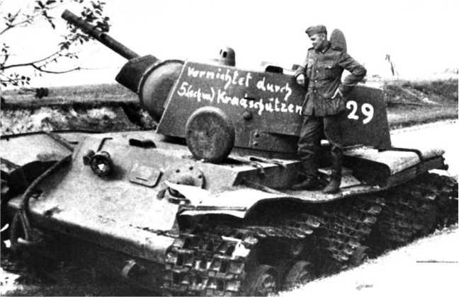 Тот же КВ-1, что и на предыдущем фото. Июнь 1941 года. У машины был пробит ствол орудия и перебита левая гусеница (ЯМ).
