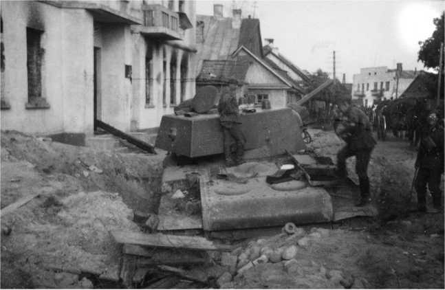 Танк КВ-1 из состава 6-го механизированного корпуса, застрявший в воронке на улице города Волковыск. Июнь 1941 года (АСКМ).