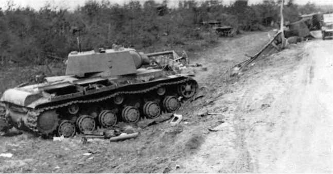 Оставленный из-за поломки или отсутствия горючего танк КВ-1 выпуска января-февраля 1941 года из 6-го механизированного корпуса. Июнь 1941 года (ГК).