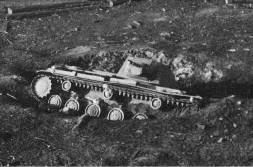 Танк КВ-1 6-го мехкорпуса, застрявший при попытке прорыва через реку Зельва. Июнь 1941 года (АСКМ).