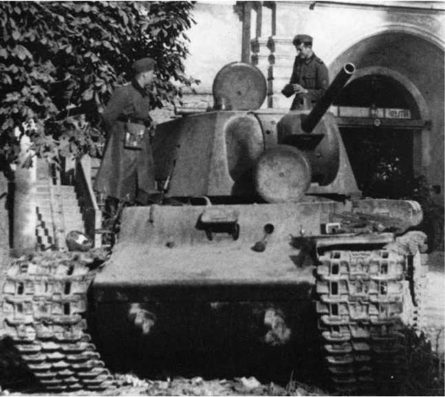 Немецкие солдаты осматривают КВ-1 (с пушкой Л-11) 8-й танковой дивизии 4-го мехкорпуса, оставленного из-за неисправности в Жулькеве (ныне Жовква Львовской области). Из-за тяжелых дорожных условий 8-я дивизия потеряла на маршах большое количество КВ (АСКМ).