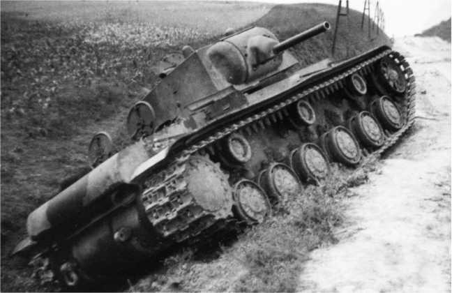Еще один танк КВ-1 (с пушкой Л-11) 8-й танковой дивизии 4-го механизированного корпуса, оставленный из-за поломки или отсутствия горючего на дороге в селе Гряда Львовской области (АСКМ).