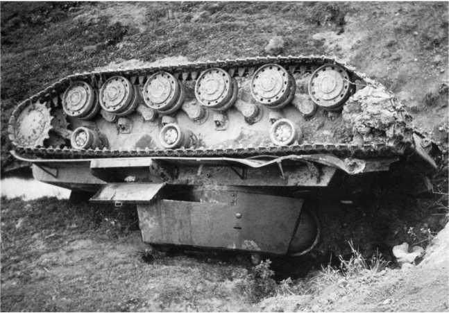 Этот КВ-1 вероятно перевернулся с дороги из-за ошибки механика-водителя, хотя не исключена возможность того, что его сбросили немцы. Очищая шоссе, они часто сбрасывали с дорожного полотна оставленные или подбитые советские танки (АСКМ).
