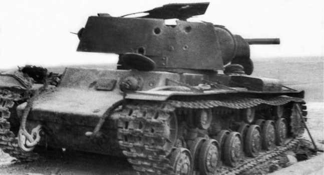 Чтобы вывести из строя этот КВ-1 потребовалось пять попаданий в башню из 88-мм зенитки. Июнь 1941 года. Машина из состава одного из механизированных корпусов Юго-Западного фронта (ЯМ).