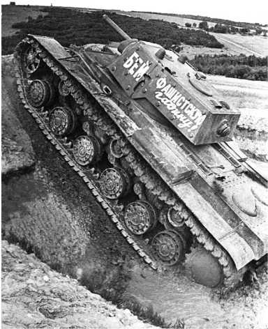 Учения по преодолению препятствий механиками- водителями танков КВ-1. Июль 1941 года. На фото экранированный танк с дополнительной броней только на башне (АСКМ).