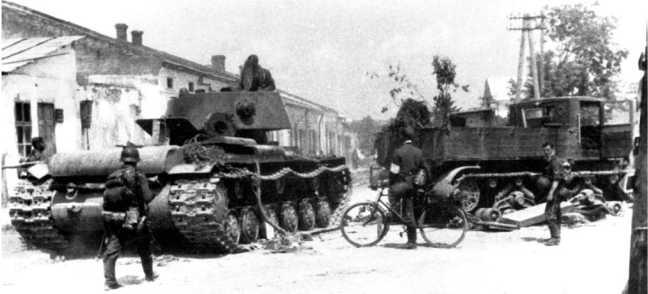 Те же танк КВ-1 и тягач «Ворошиловец» на улице Сасова. Июль 1941 года. Видимо тягач сломался, так же, как и буксируемый им танк.