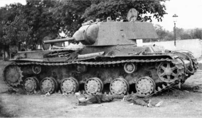 Танк КВ-1 на площади города Миколаюв, 1 июля 1941 года. У машины лежат два погибших танкиста, на борту видны следы от попаданий снарядов (АСКМ).
